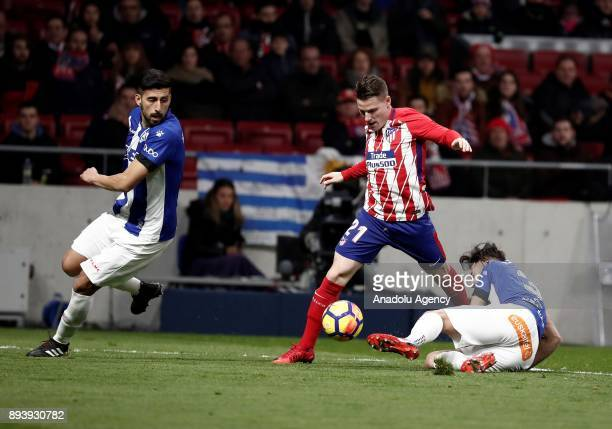 Kevin Gameiro of Atletico Madrid in action against Guillermo Maripan and Ruben Duarte of Deportivo Alaves during the La Liga match between Atletico...