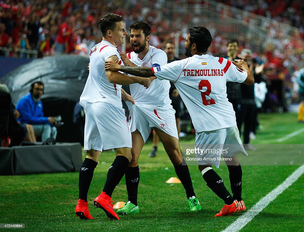 Kevin Gameiro (L) of Sevilla celebrates scoring his team's third goal with team mate Coke (C) and Benoit Tremoulinas during the UEFA Europa League Semi Final first leg match between FC Sevilla and ACF Fiorentina at Estadio Ramon Sanchez Pizjuan on May 7, 2015 in Seville, Spain.