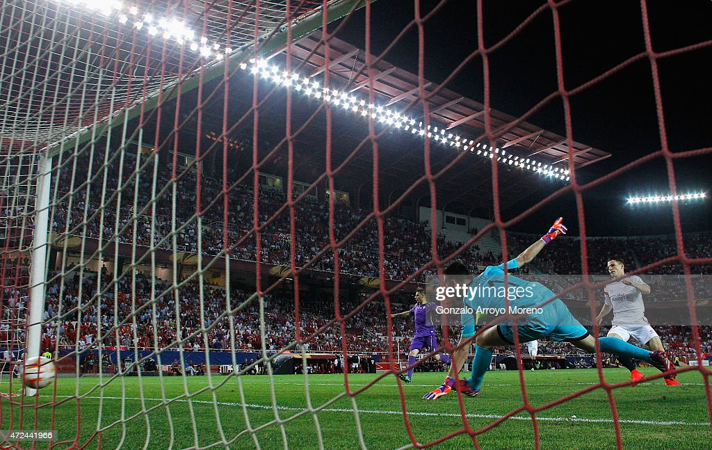 Kevin Gameiro of Sevilla scores past Neto of Fiorentina during the UEFA Europa League Semi Final first leg match between FC Sevilla and ACF Fiorentina at Estadio Ramon Sanchez Pizjuan on May 7, 2015 in Seville, Spain.