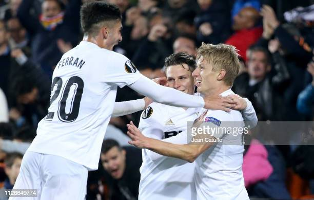 Kevin Gameiro of Valencia celebrates his goal with Ferran Torres and Daniel Wass during the UEFA Europa League Round of 32 Second Leg match between...