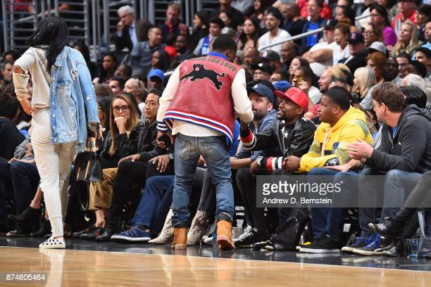 Kevin Hart shakes hands with Floyd Mayweather Jr during the Philadelphia 76ers game against the LA Clippers on November 13 2017 at STAPLES Center in...