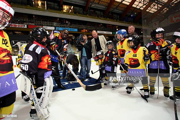Kevin Johnson plays ice hockey with children on the ice of the Post Finance Arena after a news conference October 23, 2009 in Bern, Switzerland. The...