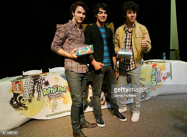 18 The Jonas Brothers Appear In A Surprise Elementary School