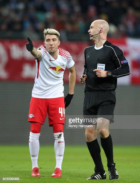 Kevin Kampl of Leipzig argues with referee Anthony Taylor during the UEFA Europa League Round of 32 match between RB Leipzig and Napoli at the Red...