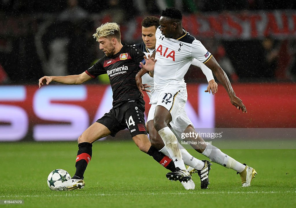 Kevin Kampl (L) of Leverkusen and Victor Wanyama of Tottenham battle for the ball during the UEFA Champions League group E match between Bayer 04 Leverkusen and Tottenham Hotspur FC at BayArena on October 18, 2016 in Leverkusen, North Rhine-Westphalia.