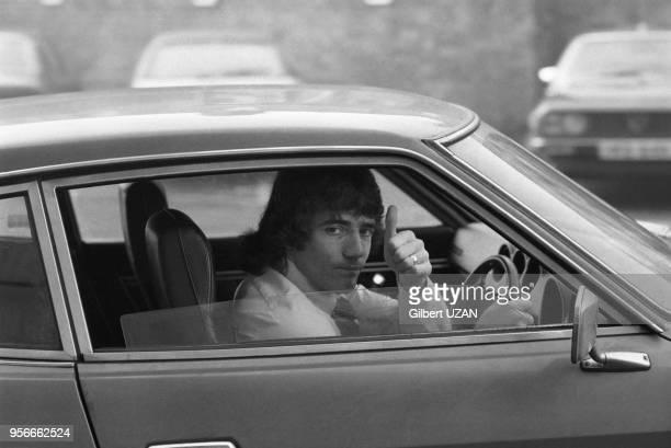 Kevin Keeganl'attaquant vedette de l'équipe de football de Liverpool en voiture avant le 1/4 de finale contre l'équipe de StEtienne len janvier 1977...