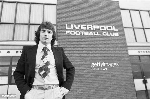 Kevin Keeganl'attaquant vedette de l'équipe de football de Liverpool pose devant le stade avant le 1/4 de finale contre l'équipe de StEtienne len...