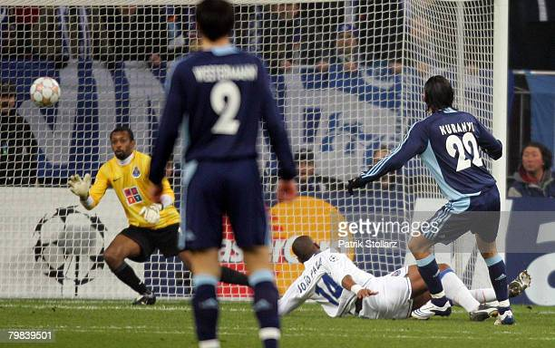 Kevin Kuranyi of Schalke scores against Helton of Porto the first goal during the UEFA Champions League Round of 16 first leg match between Schalke...