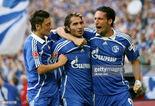 Kevin Kuranyi Stuermer FC Schalke 04 D jubelt mit seinen Teamkameraden Hamit Altintop und Mesut Oezil über sein 10Siegtor im BundesligaSpiel gegen...