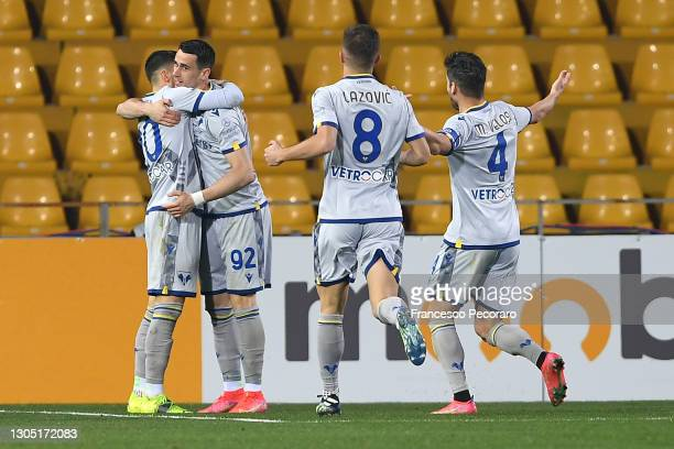 Kevin Lasagna of Hellas Verona celebrates with team mates after scoring their side's third goal during the Serie A match between Benevento Calcio and...