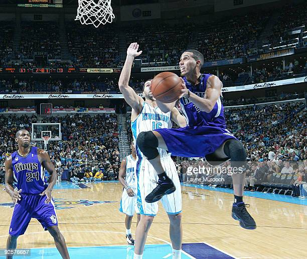Kevin Martin of the Sacramento Kings shoots over Peja Stojakovic of the New Orleans Hornets and Desmond Mason of the Sacramento Kings on October 30...