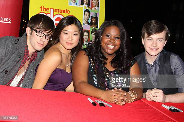 "Kevin McHale, Jenna Ushkowitz, Amber Riley, Chris Colfer pose at a ""Glee: The Music Vol. 1"" promotional CD signing at Borders Books & Music, Columbus..."
