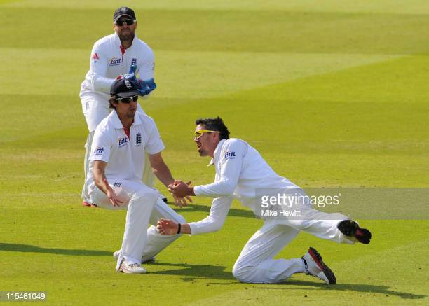 Kevin Pietersen of England takes the catch to dismiss Mahela Jayawardene of Sri Lanka watched by Matt Prior and Alastair Cook during day five of the...
