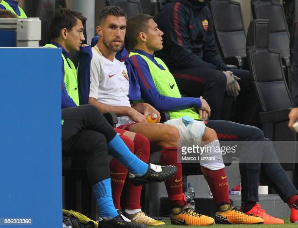 Kevin Strootman of AS Roma after received medical care during the Serie A match between AC Milan and AS Roma at Stadio Giuseppe Meazza on October 1...