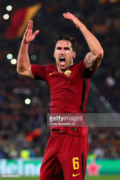 Kevin Strootman of AS Roma celebrates victory after the UEFA Champions League Quarter Final second leg match between AS Roma and FC Barcelona at...