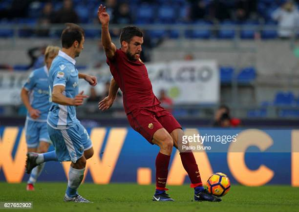 Kevin Strootman of AS Roma scores the opening goal during the Serie A match between SS Lazio and AS Roma at Stadio Olimpico on December 4 2016 in...