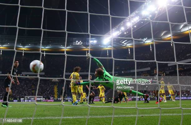 Kevin Trapp of Eintracht Frankfurt fails to stop Pedro of Chelsea as he scores his team's first goal during the UEFA Europa League Semi Final First...