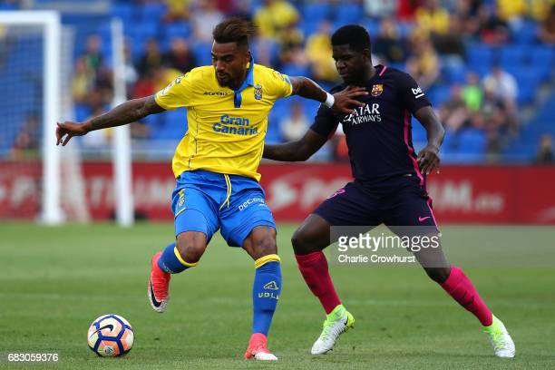 KevinPrince Boateng of Las Palmas holds off Barcelona's Samuel Umtiti during the La Liga match between UD Las Palmas and Barcelona at Estadio de Gran...