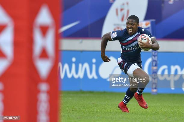 Kevon Williams of The United States Of America iscores a try during the match between England and the United States Of America at the HSBC Paris...