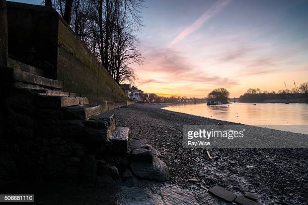 kew bridge sunrise - low tide stock pictures, royalty-free photos & images