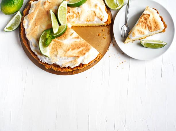key lime pie. citrus pie with meringue - 餐後甜品 個照片及圖片檔