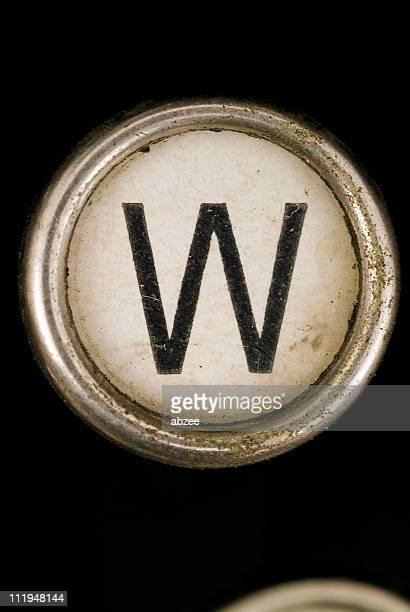 w chave de um alfabeto de grungey de máquina de escrever - letra w - fotografias e filmes do acervo