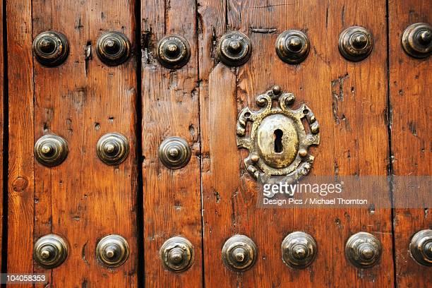 a keyhole in an old wooden door - エシハ ストックフォトと画像