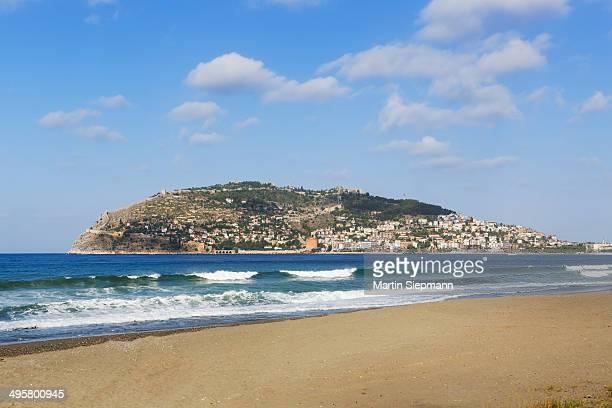 Keykobat beach with the hill of Alanya Castle and the town of Alanya, Alanya, Turkish Riviera, Province of Antalya, Mediterranean Region, Turkey