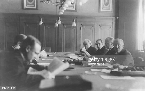 Keynes John Maynard Oekonom Politiker Mathematiker Grossbritannien in Gruppe bei einer Konferenz Keynes mit dem niederländischen Bankier Vissering...