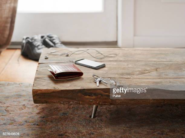keys, wallet and cell phone on table. - onscherpe achtergrond stockfoto's en -beelden