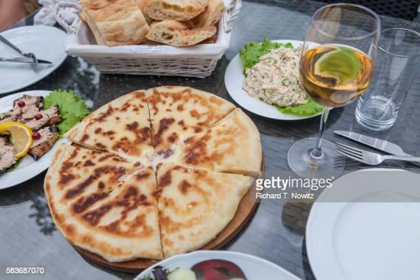 khachapuri (cheese-stuffed bread) - トビリシ ストックフォトと画像
