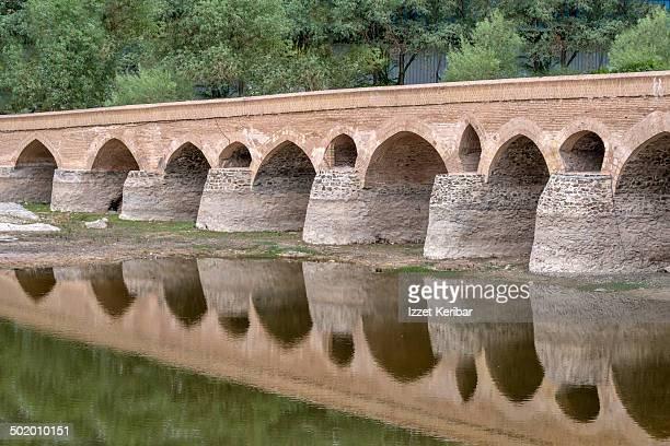 khajoo bridge esfahan - ハージュ橋 ストックフォトと画像