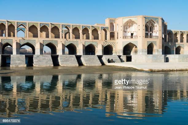khaju bridge and its central pavilion, isfahan, iran - ハージュ橋 ストックフォトと画像