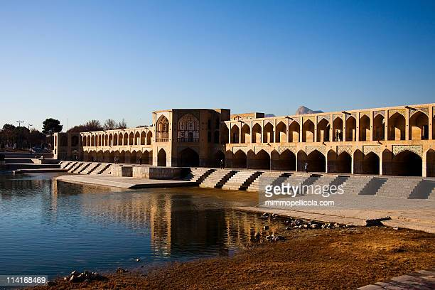 khaju bridge , esfahan , iran. - ハージュ橋 ストックフォトと画像