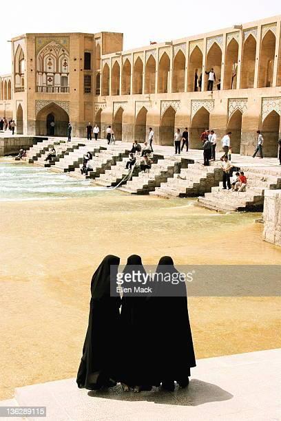 khaju bridge, esfahan iran - ザーヤンド川 ストックフォトと画像