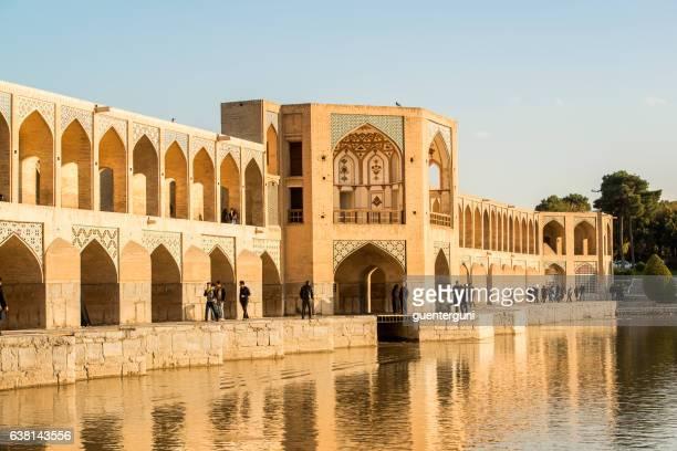 イラン・イスファハン市のカジュ橋 - ザーヤンド川 ストックフォトと画像