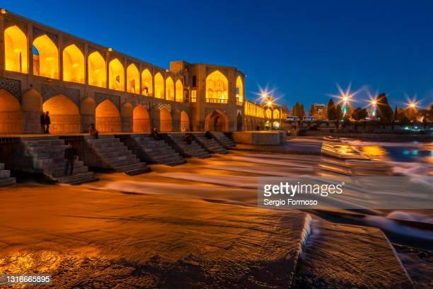 khaju bridge, medieval monument in isfahan esphahan, iran - ザーヤンド川 ストックフォトと画像