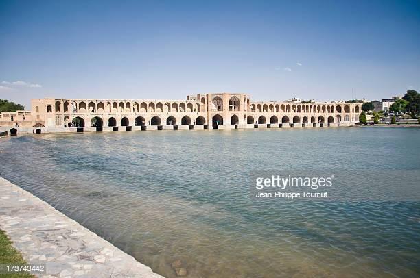 khaju bridge of esfahan - ザーヤンド川 ストックフォトと画像