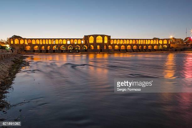 khaju bridge on the zayandeh river at sunset - ザーヤンド川 ストックフォトと画像