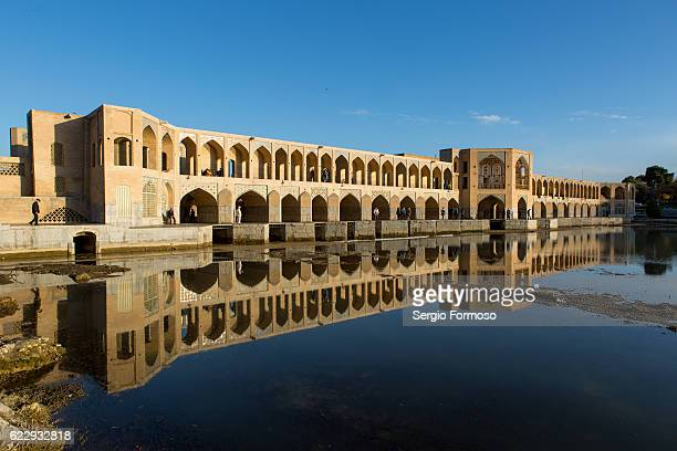 khaju bridge on the zayandeh river, isfahan, iran - ハージュ橋 ストックフォトと画像
