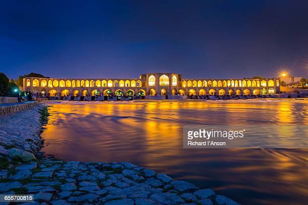 khaju bridge over the zayandeh river at dusk - ハージュ橋 ストックフォトと画像