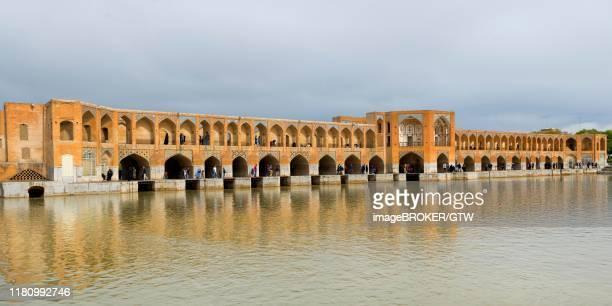 khaju bridge over zayandeh-rud river, esfahan, iran - ハージュ橋 ストックフォトと画像