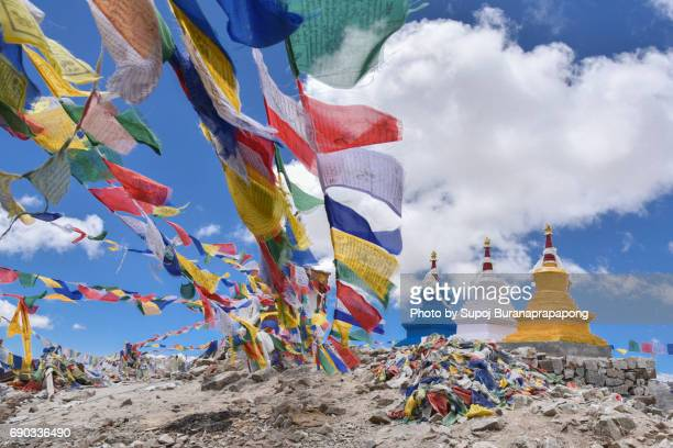khardung la pass  highest vehicle-accessible pass in the world - kashmir flag stock pictures, royalty-free photos & images