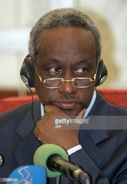 Sudanese Vice President Ali Osman Mohammed Taha addresses an international press forum in Khartoum 15 November 2006 on the Darfur crisis and UN...