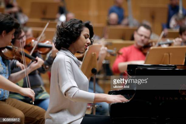 Khatia Buniatishvili gastiert in Begleitung der Tschechischen Philharmonie unter der Leitung des tschechischen Dirigenten Jií Blohlávek Philharmonie...