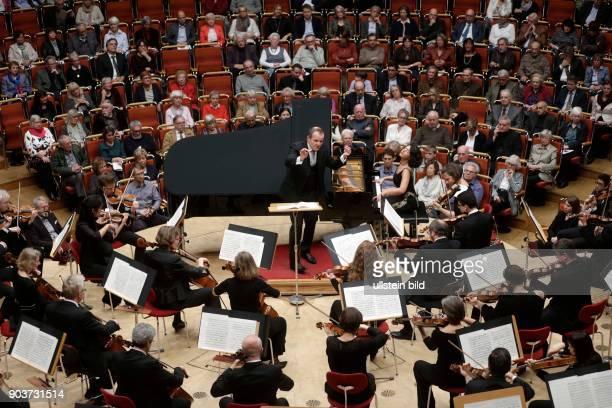 Khatia Buniatishvili gastiert in Begleitung des GürzenichOrchester Köln unter der Leitung des französischen Dirigenten FrançoisXavier Roth...