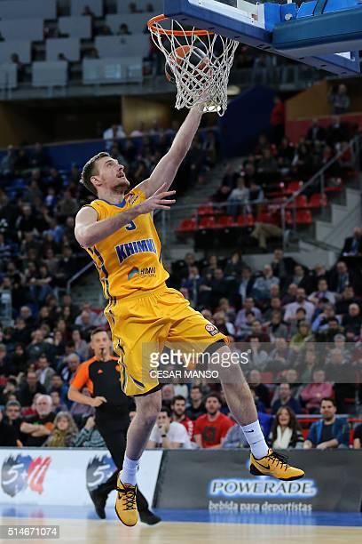 Khimki Moscow Region's Slovenian guard Zoran Dragic scores during the Euroleague group F Top 16 round 10 basketball match Laboral Kutxa Vitoria...
