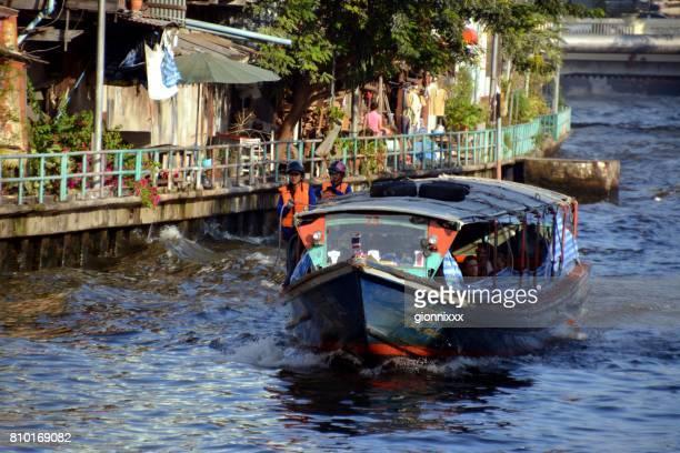 khlong saen saep barco express, ciudad de bangkok, tailandia - riverbank fotografías e imágenes de stock