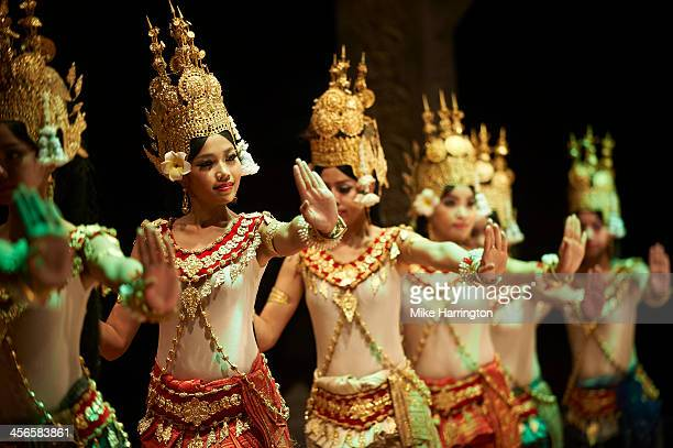 khmer dancers in traditional khmer dress. - night life in cambodian capital phnom penh ストックフォトと画像