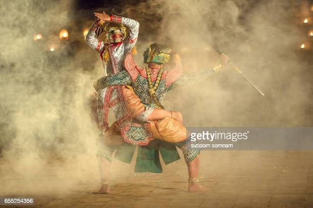 khon thai the fighting hanuman with kumarakorn in the ramayana story this the best thai dancing - arte, cultura e espetáculo imagens e fotografias de stock